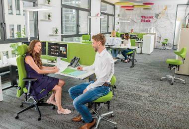 Pendelnde Sitzfläche fördert schmerzfreies Arbeiten